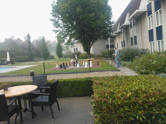 Novotel Breda : Vanuit onze kamer keken we op het grote schaakspel in de tuin.