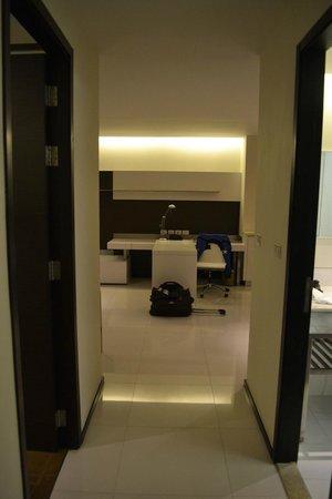 Oaks Bangkok Sathorn: Desk in livingroom