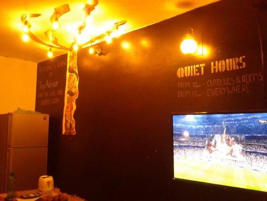 Stops Hostel Varanasi: common room
