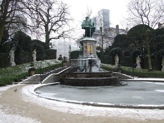 La place pendant l 39 hiver picture of jardin du petit for Bd du jardin botanique 50 bruxelles
