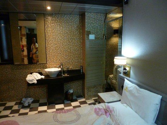 JJ Hotel: bed room