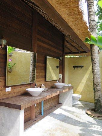 Mali Resort Pattaya Beach Koh Lipe : The Open Shower Room