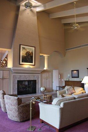 Canyon Villa Bed and Breakfast Inn of Sedona: Wohnzimmer mit Kamin
