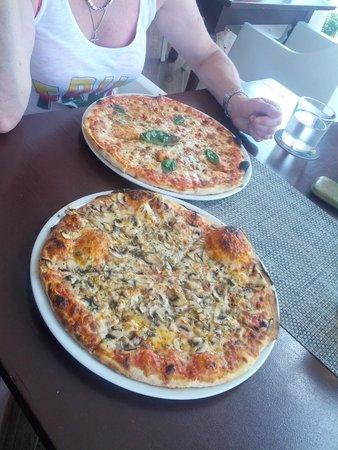 Pizzeria Trattoria Mamma Mia!: Pizza Funghi + Margherita