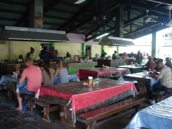 Plaza Bieu: Serveries and tables
