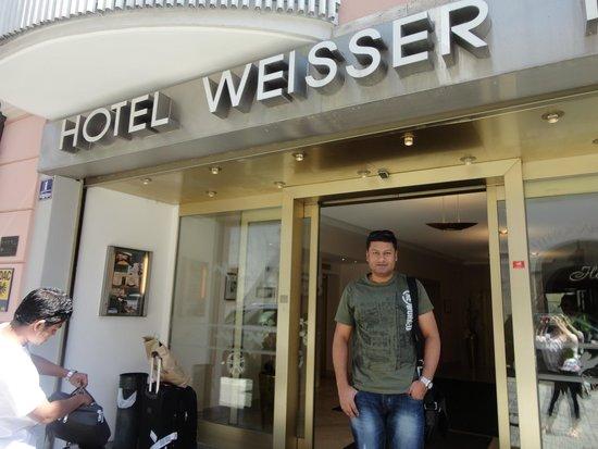 Hotel Weisser Hase: Infront of Hotel