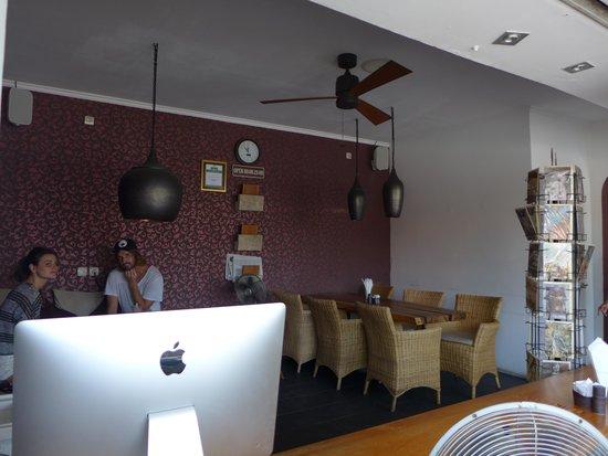 Maya's Coffee & Smoothie Bar: seating