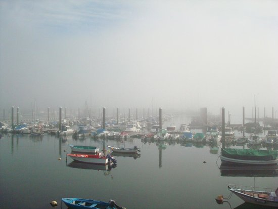 Tres Carabelas Hotel-Residencia: Puerto de Baiona entre la niebla