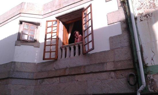 Tres Carabelas Hotel-Residencia: Ventana de la habitación desde la calle