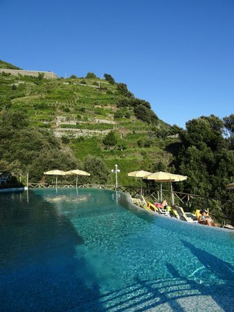 Hotel Porto Roca: Pool side and view