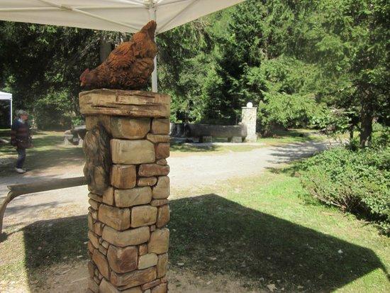 La fontana in legno si confonde con le fontane in pietra for Fontane in legno