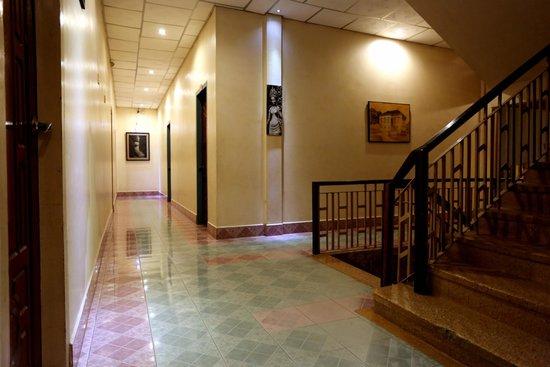 Royal Hotel: Walking Hall