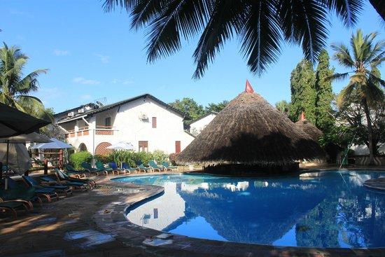 Pinewood Beach Resort & Spa : The pool and swim up bar