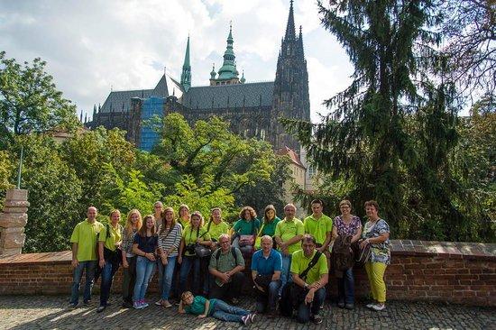 Kamil & Pavlina Prague Guide - Private Tours: Gruppenfoto vor dem Veitsdom