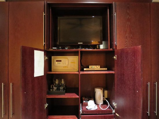 Glen Boutique Hotel & Spa: TV and Mini Bar
