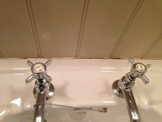 Great John Street Hotel: Cruddy sealant around sink