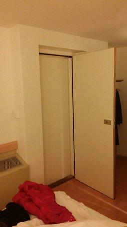 Ibis Budget Metz Sud Augny : Porte communiquante entre les deux chambres, aucune isolation on entends les voisins...