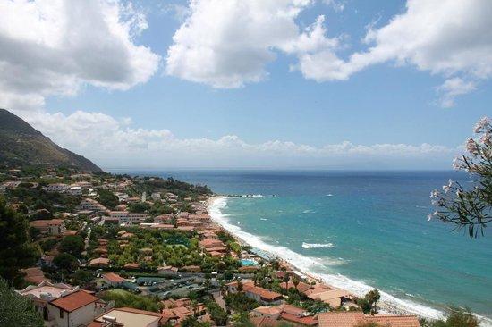 Hotel Residence Sciaron: Blick vom Garten zum Meer