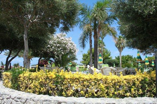 Hotel Residence Sciaron: Blick vom Garten zum Pool