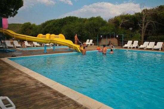 La piscina con lo scivolo foto di camping bella sardinia cuglieri tripadvisor - Camping con piscina ...