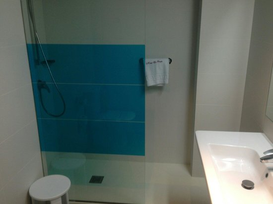 Ibis Styles Madrid Prado: Bathroom