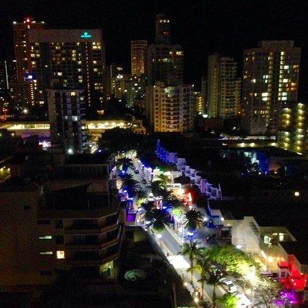 فندق هيلتون سيرفرز بارادايس ريزيدانسيز: View from room at night (facing Southport/the beach)