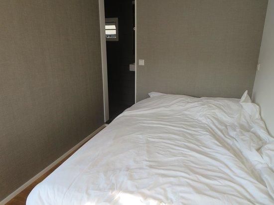 B&B Houseboat Little Amstel: Deluxe bedroom & shower room