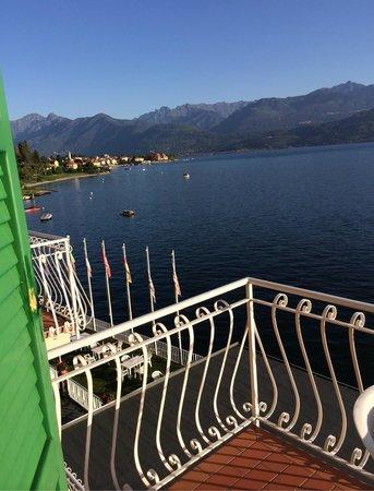 Hotel Romagna: La vue sur Baveno depuis la chambre