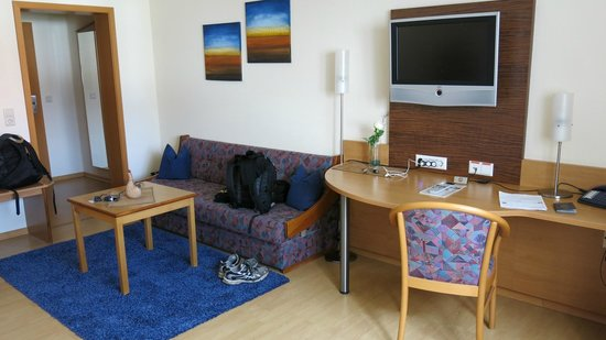 Apartments & Hotel Kurpfalzhof : Sitting area in double room - very spacious.