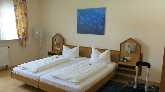 Apartments & Hotel Kurpfalzhof : Large bed in double room.
