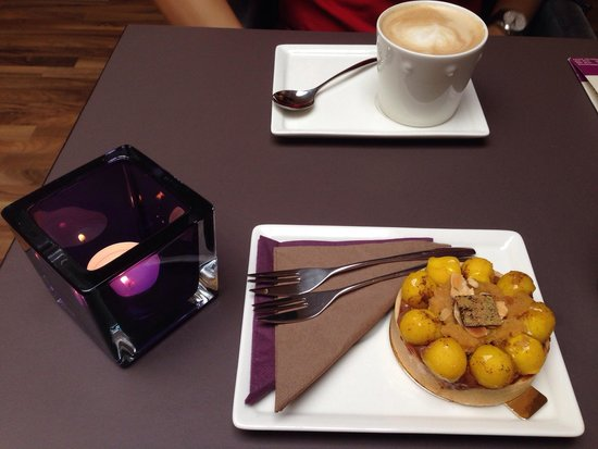 Patisserie Passion: Delicious apple choc tart! And very smooth cappuccino:)