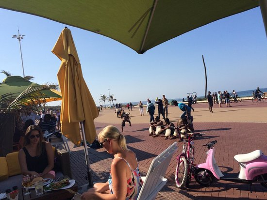 Circus Circus Beach Cafe: Great atmosphere!! Good food!! Very chilled place to relax on a Sunday afternoon.