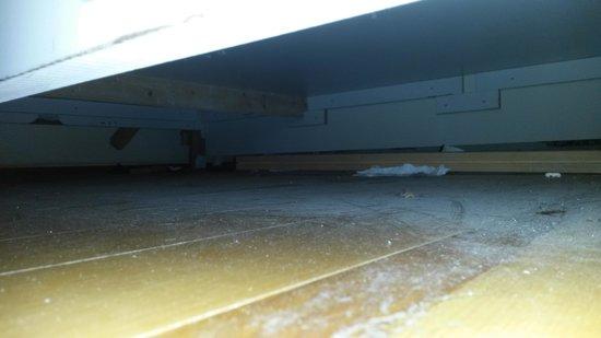 Hotel Gedik Pasa Konagi: Used handkershiefs and dust below the bed