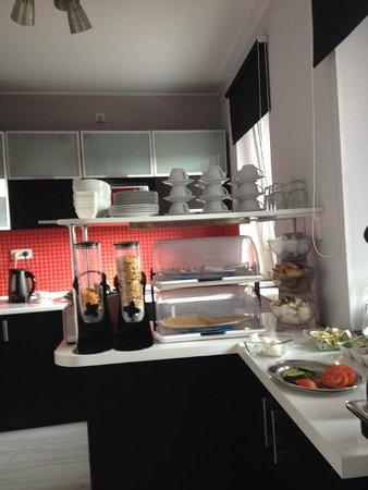 Cilantro Bed & Breakfast: Breakfast area - a little cramped, but okay