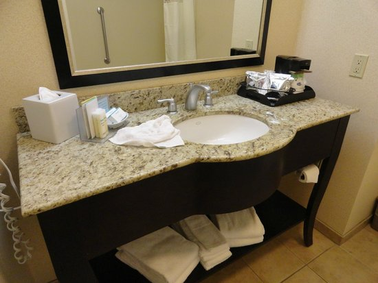 Hampton Inn & Suites Seal Beach: Nice vanity