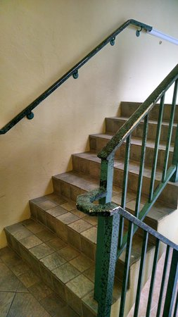 Holiday Inn Key Largo : 1st picture of stairs to carry luggage