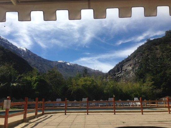 Santuario del Rio: La vista desde una de las terrazas, hacia la piscina y las montañas