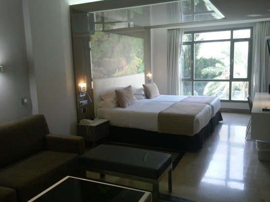 El Madrono: Large double bedroom with garden view