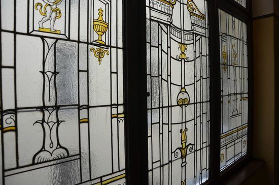 Hotel Brandies: Leaded glass on the landings about the cage elevator