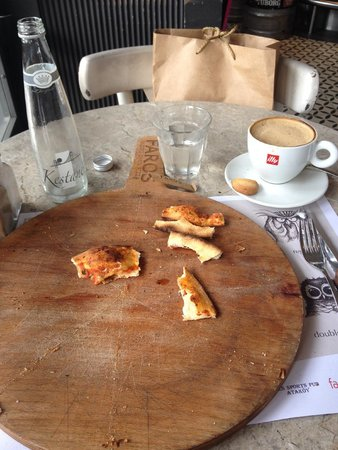 Faros Restaurant Taksim: Ate the entire pizza! Ready for my cappuccino