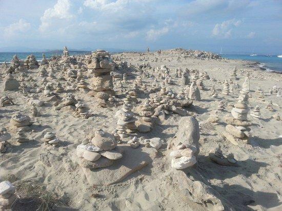 Playa de Ses Illetes: Le sculture di sassi