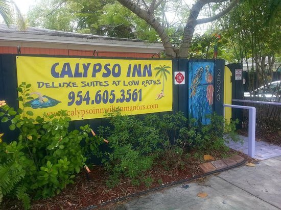 Calypso Inn: Entrance into the Gated property!