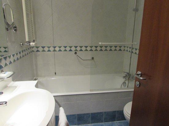 Mercure Genova San Biagio: Baño habitac. 227