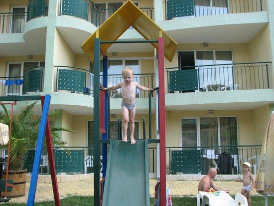 Sunny Day Hotel And Apartments: Во дворе отеля расположена детская площадка