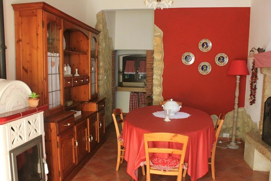 Violetta B&B: The kitchen/dining area for anyone to use