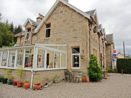 Auld Manse Bed and Breakfast: Auld Manse from the outside (windowed room is for customers)