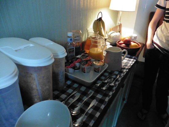 Auld Manse Bed and Breakfast: Fresh fruit and different cereals + warm scotish kitchen