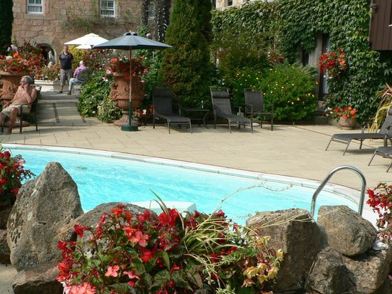 Greenhills Country Restaurant: Relax by the pool in a nice lounger - perfect!
