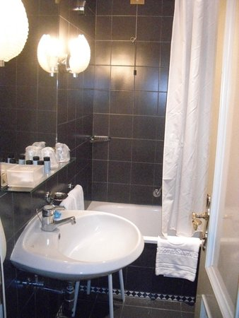 Grand Hotel Santa Lucia: Narrow entrance into bathroom