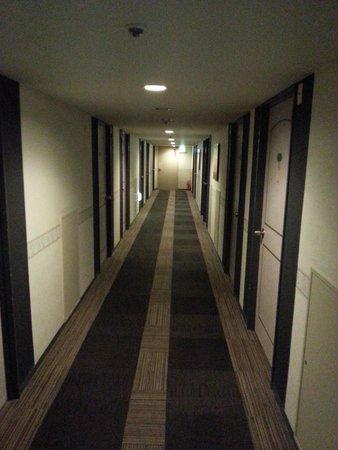 Ark Hotel Osaka Shinsaibashi: The hallway